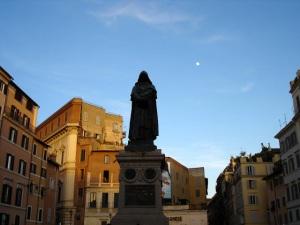 Il contestato monumento a Campo de' Fiori.