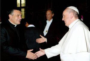 P. Martin saluta papa Francesco.