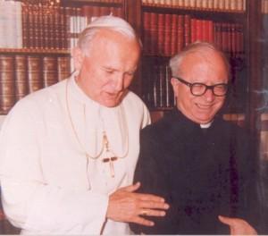 Padre Cornelio con Giovanni Paolo II nel 1985 in occasione del suo giubileo sacerdotale.