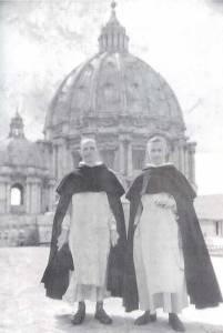 Il giovane Congar sinistra in Piazza San Pietro con un confratello.