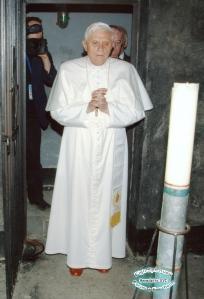 Benedetto XVI nella Cella di San Massimiliano Kolbe