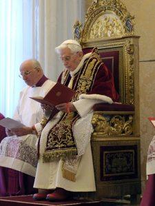 Benedetto XVI annuncia la propria decisione di rinunciare al pontificato.