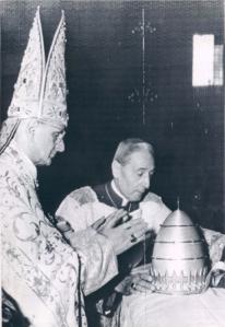 Paolo VI depone la tiara.