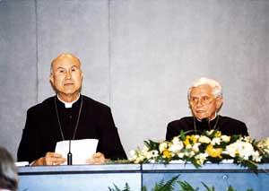 I card. Ratzinger e Bertone durante la conferenza stampa.