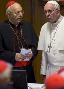 Papa Francesco durante il sinodo del 2015 insieme all'organizzatore, il card. Baldisseri.