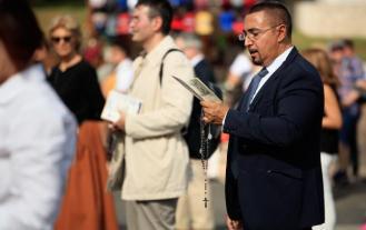 Man_praying_rosary_-_sized_645_406_75